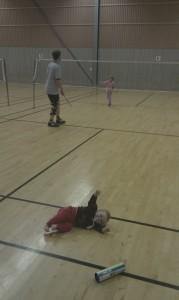 Tuva, Thomas och Emma spelar badminton