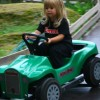 Emma kör bil