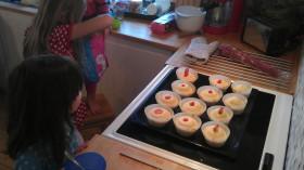 Barnen bakar muffins
