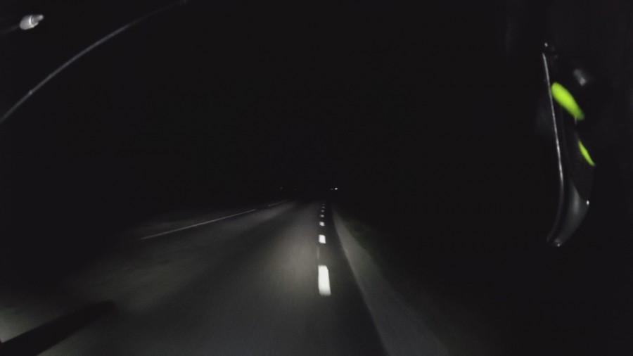 Mörkt ute på landsvägen