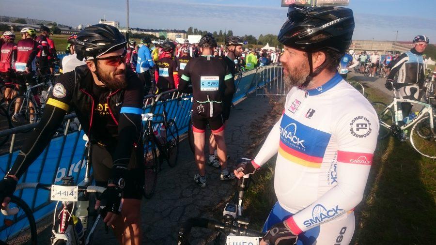Patrick har hittat en cyklist att prata med.